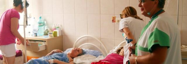 Cum ajung turiştii să îşi petreacă vacanţa pe patul de spital