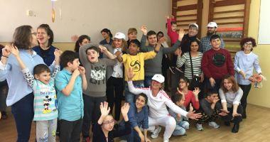"""Copiii de la centrul """"Delfinul"""" au luat parte  la ateliere de modelaj, dans şi actorie"""