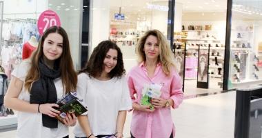 """Două eleve de la Colegiul """"Mircea"""" au împărțit  300 de cărți constănţenilor"""