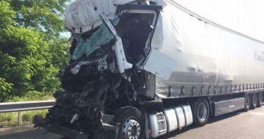 Foto : Un nou accident cu români, pe şoselele Europei. Un şofer de camion a murit, colegul său este grav rănit
