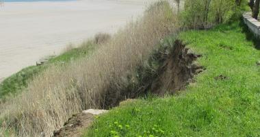GALERIE FOTO / CAD FALEZELE DIN EFORIE NORD ŞI EFORIE SUD. Ploile au destabilizat malurile