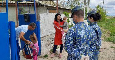 Cadouri pentru copiii din Corbu, de la militarii de la Capu Midia