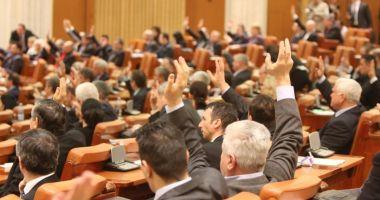 Camera Deputaţilor şi-a modificat regulamentul: este interzisă desfăşurarea de bannere în plen