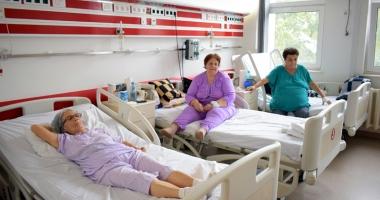 """Cardiacii, cei mai afectaţi de frigul de afară. Mulţi bătrâni sunt """"uitaţi"""" de sărbători în spital"""