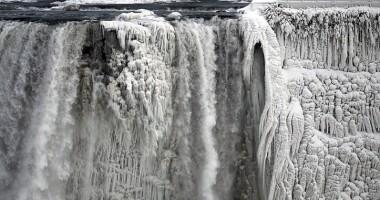 GALERIE FOTO. Cascada Niagara a îngheţat din pricina vortexului polar