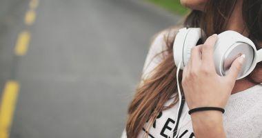 Atenţie, ne pierdem auzul! Recomandările OMS pentru producătorii de smartphone şi MP3 playere