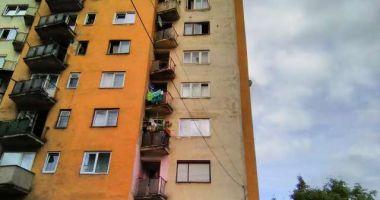 TERIFIANT! O bătrână a murit după ce a fost aruncată de nepot de la etajul 10