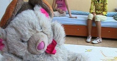 Cei şapte copii intoxicaţi în casă, luaţi de lângă mamă şi duşi într-un centru de plasament