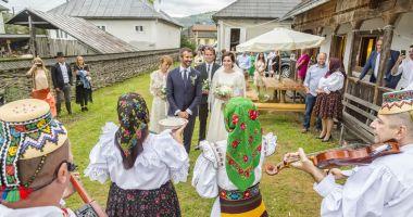 Ceteraşi şi strigături! Monica și Nicolai Tand, nuntă de vis