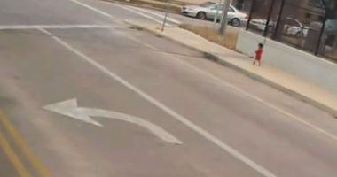 VIDEO. O șoferiță de autobuz a salvat o fetiță care fugea în picioarele goale pe străzi