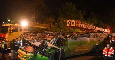 Autobuz căzut de pe pod, în condiții suspecte. Cel puțin 30 de morți