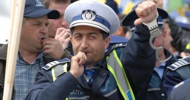 Bătaie de joc la adresa poliţiştilor  şi militarilor: