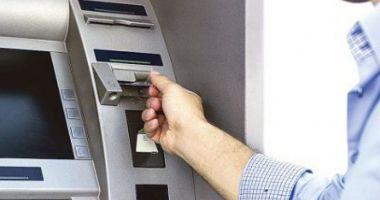 Cine foloseşte mai mult serviciile bancare
