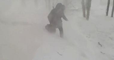 O bătrână care ieşise pe balcon să fumeze, luată pe sus de vânt. A căzut pe un morman de zăpadă