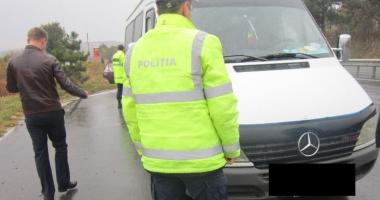 Taxiurile şi microbuzele de transport călători, verificate de poliţişti