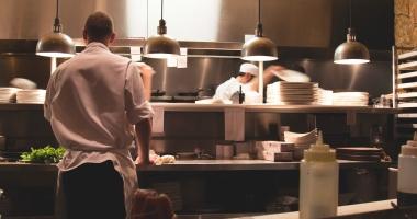 Sute de restaurante şi magazine alimentare, verificate de inspectorii DSV