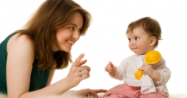 De ce este importantă interacționarea mamei cu copilul
