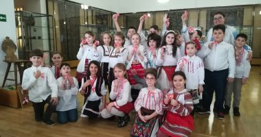 Copiii învaţă să confecţioneze mărţişoare la Muzeul de Artă Populară