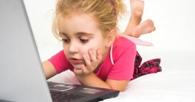 Greşeala uriaşă a părinţilor care îşi lasă copiii prea mult la telefon şi laptop