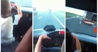 VIDEO incredibil! Un copil la volan, pe autostradă în România. E singur pe scaun şi intră în depăşire