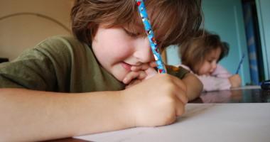 Copilul refuză să îşi facă temele. Cum reacţionăm?
