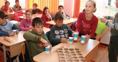 """UE revizuieşte programele """"laptele"""" şi """"fructele"""" în şcoli"""