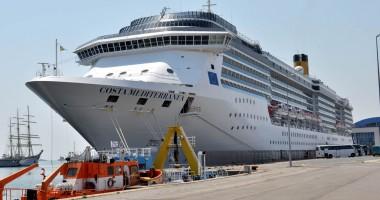 """19 români muncesc  pe hotelul plutitor  """"Costa Mediterranea"""""""