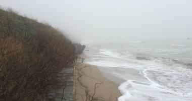 Faleza din Costineşti se prăbuşeşte peste plajă. ABADL spune că