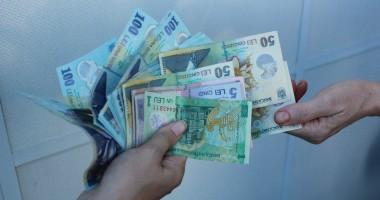 Un român din cinci vrea să ia un credit de consum. Iată pe ce se duc banii