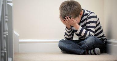 Cresc cu dor în suflet! Mii de copii lăsaţi în urmă de părinţii plecaţi la muncă în străinătate