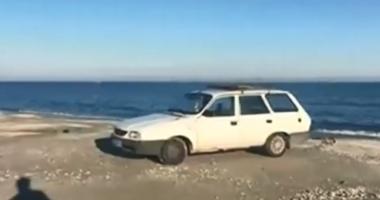 GALERIE FOTO / Amendă uriașă pentru o mașină lăsată pe plajă