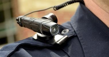 De ce nu au poliţiştii camere video?