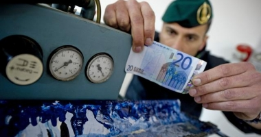 Poliţia italiană anunţă confiscarea a 28 milioane de euro în bancnote false. O tiparniţă se afla în România
