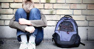 REVOLTĂTOR! Trei tineri au violat un copil de 13 ani, au filmat şi apoi au distribuit colegilor de clasă