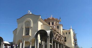 """Eveniment spectaculos la mănăstirea """"Dervent"""". Preoţii s-au urcat pe schele înalte de 24 de metri"""