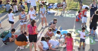 Desene pe asfalt. Copiii ne învaţă cum putem avea un oraş vesel