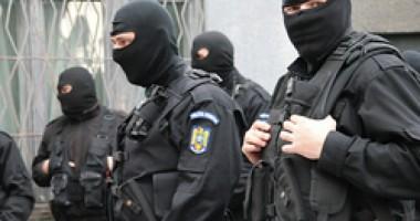 Descinderi cu mascați la o rețea de proxeneți. Vezi grozăviile găsite de polițiști!  | VIDEO