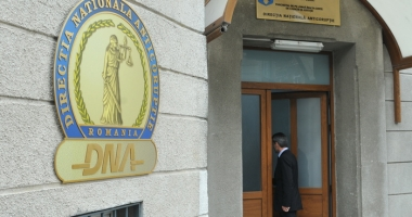 Notar public din Constanţa, acuzat de fals intelectual în formă continuată, în zeci de acte materiale
