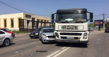 GALERIE FOTO. Accident rutier pe bulevardul Aurel Vlaicu, între un TIR şi o maşină