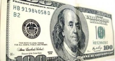 Dolarul american bate pasul pe loc