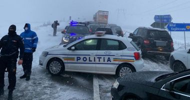 """GALERIE FOTO / Drumarii, apel la şoferi. """"Nu încurcaţi acţiunile de deszăpezire!"""""""