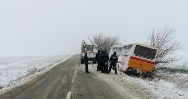 Este JALE în județ! Drumuri blocate, mașină intrată în pom și autobuz blocat pe câmp