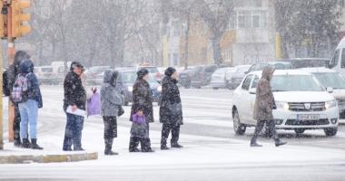 Galerie foto / Iarnă la Constanţa! Zăpada îngreunează traficul şi s-a format polei
