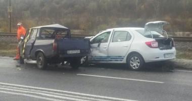 GRAV ACCIDENT RUTIER. Doi oameni au murit, după ce o maşină a intrat pe constrasens
