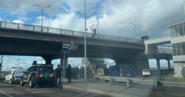 Un militar înarmat a amenințat că aruncă în aer un pod