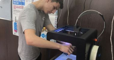 """Elevii de la Colegiul Naţional """"Mihai Eminescu"""" printează viitorul în 3D"""