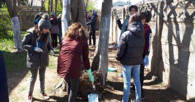 """Elevii Şcolii  """"Mihail Koiciu"""", curăţenie pe străzi"""