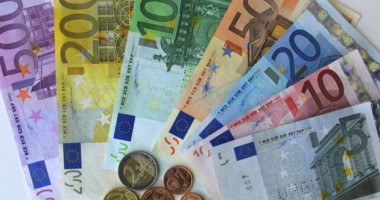 Euro, tot la 4,38 lei