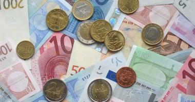 Euro, tot la 4,53 lei