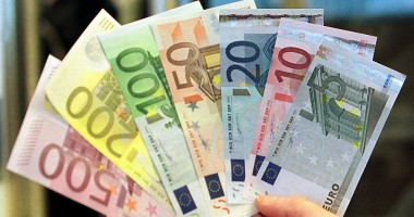 Euro rămâne la 4,45 lei